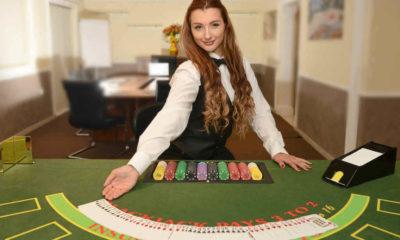 ¿Qué hace una azafata en un casino?